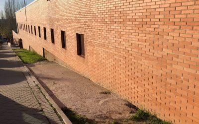 El pabellón deportivo Los Almendros sufre nuevas filtraciones de agua tras las obras del muro anexo al edificio
