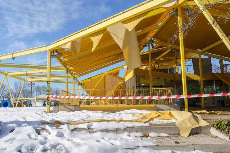 El toldo de la plaza Ecópolis, en Rayuela, se ha desplomado por la nevada tras el paso de 'Filomena'