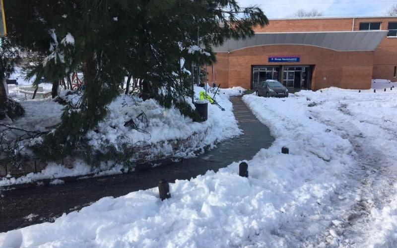 Los servicios municipales han despejado los accesos a las estaciones de metro de Rivas