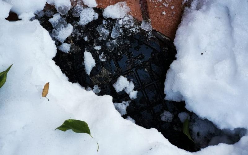 Una alcantarilla de Rivas, tras la nevada
