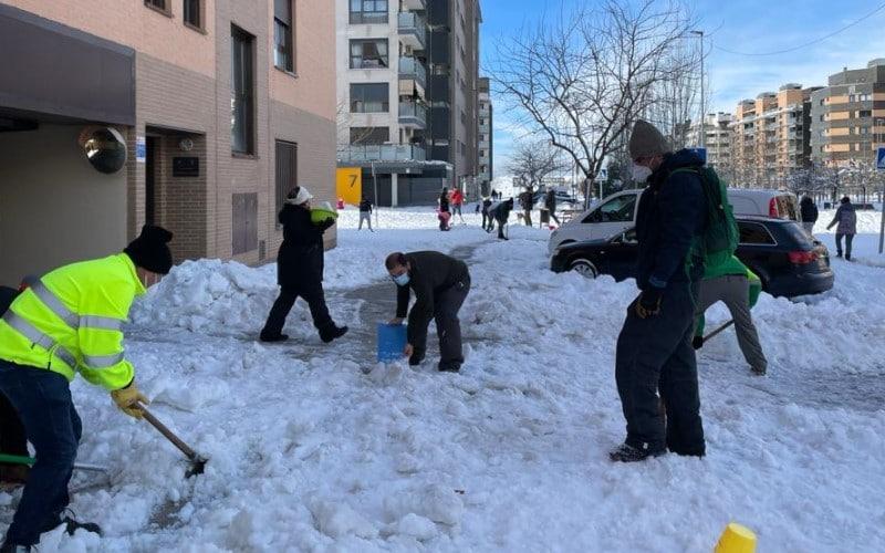 La ciudadanía se ha echado a la calle para ayudar en tareas de limpieza de la nieve. Imagen del barrio de la Luna
