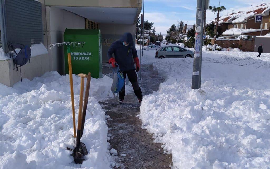 La ciudadanía se ha echado a la calle para ayudar en tareas de limpieza de la nieve