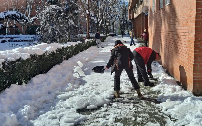 La ciudadanía de Rivas se echa a la calle para ayudar a retirar la nieve