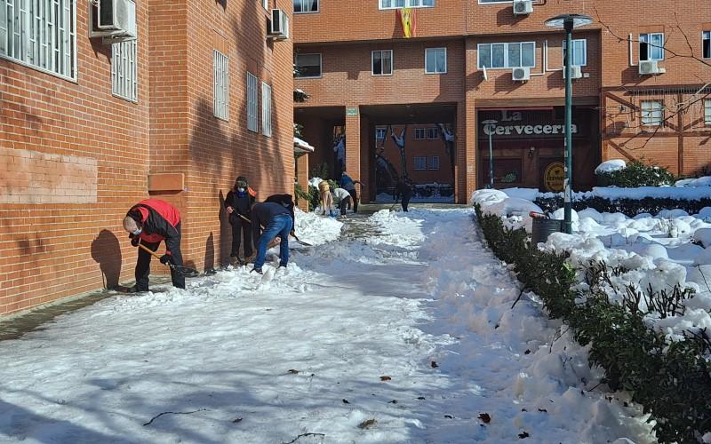 La ciudadanía se ha echado a la calle para ayudar en tareas de limpieza de la nieve. Imagen de Covibar (©Diario de Rivas)