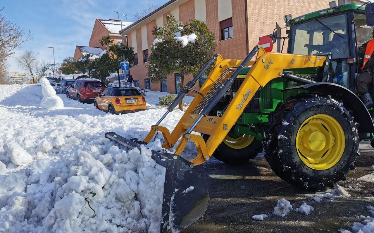 Un vecino ha cedido su tractor para ayudar a retirar la nieve de las calles