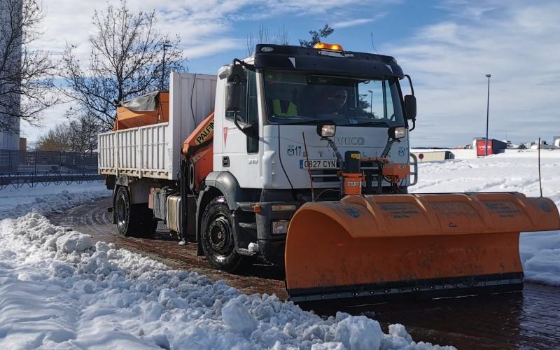 Un vehículo municipal trabaja para retirar la nieve de las calles de la ciudad