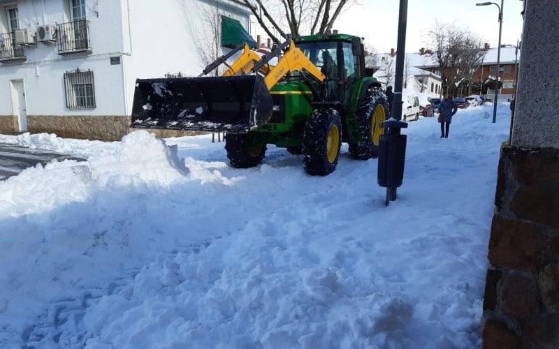 Pepe, un vecino del pueblo, ayuda a despejar la nieve del Casco Urbano de Rivas con su tractor
