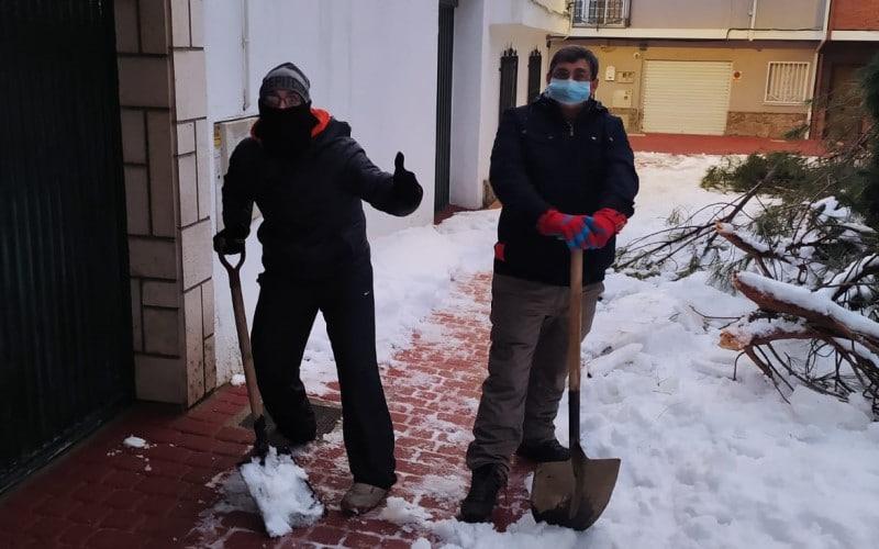 Vecinos del pueblo de Rivas ayudan a despejar de nieve las calles