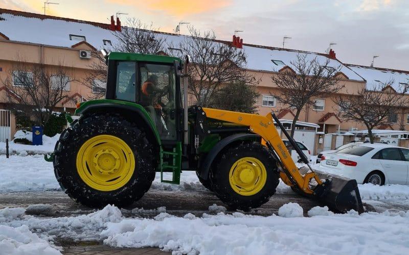 Pepe Rodríguez a bordo de su tractor por las calles nevadas de Rivas