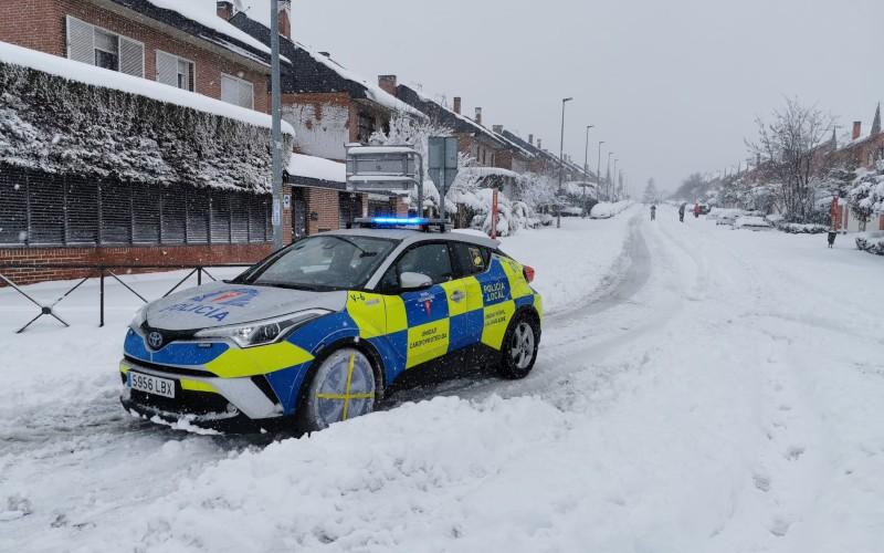 Policía Local por las calles nevadas de Rivas