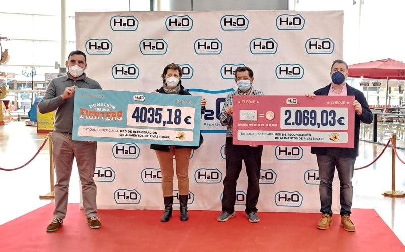 El centro comercial H2O entrega más de 6.000 euros a la RRAR. De izquierda a derecha: Pedro Estellés, gerente de H2O; Marga del Álamo, responsable de Redes de la RRAR; Jorge López, presidente de la RRAR; y Pedro del Cura, alcalde de Rivas Vaciamadrid