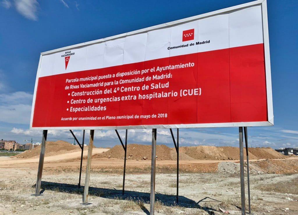 Parcela y cartel de construcción del centro de salud del barrio de La Luna