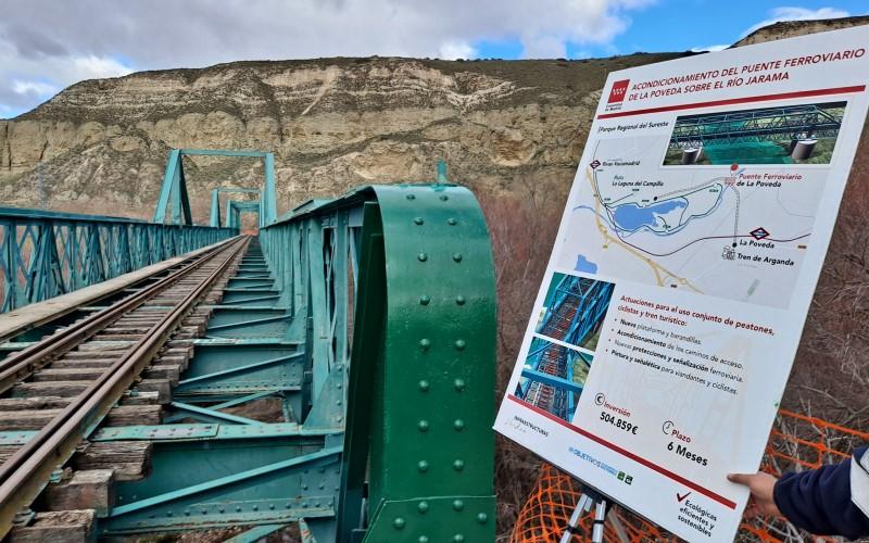 Cartel de obra en el puente de La Poveda, entre Rivas Vaciamadrid y Arganda del Rey