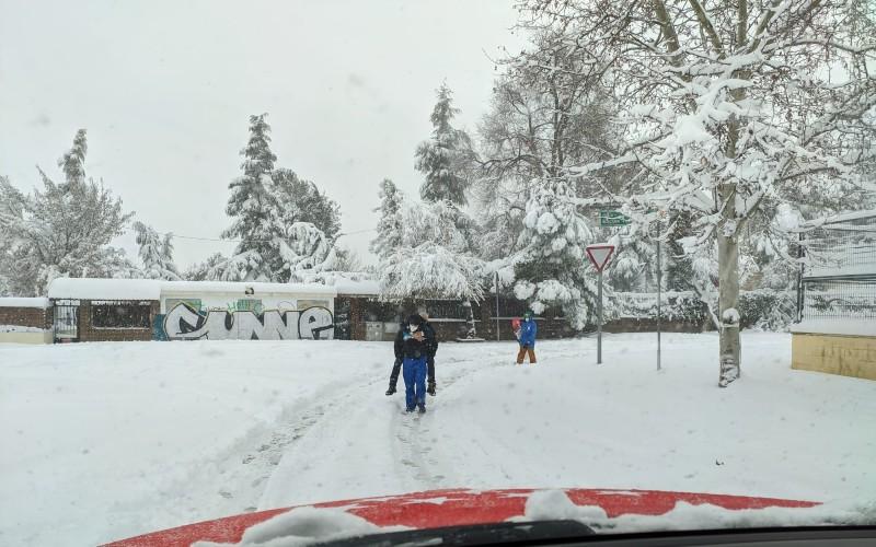 Policía Local auxiliando a vecinos durante la nevada