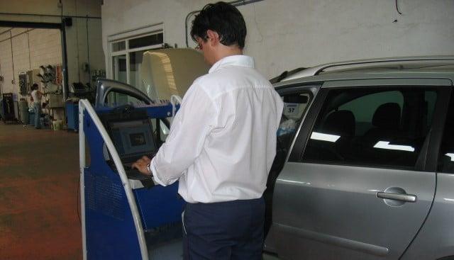 David González, hijo de José González, en el taller de Iluscar en 2005