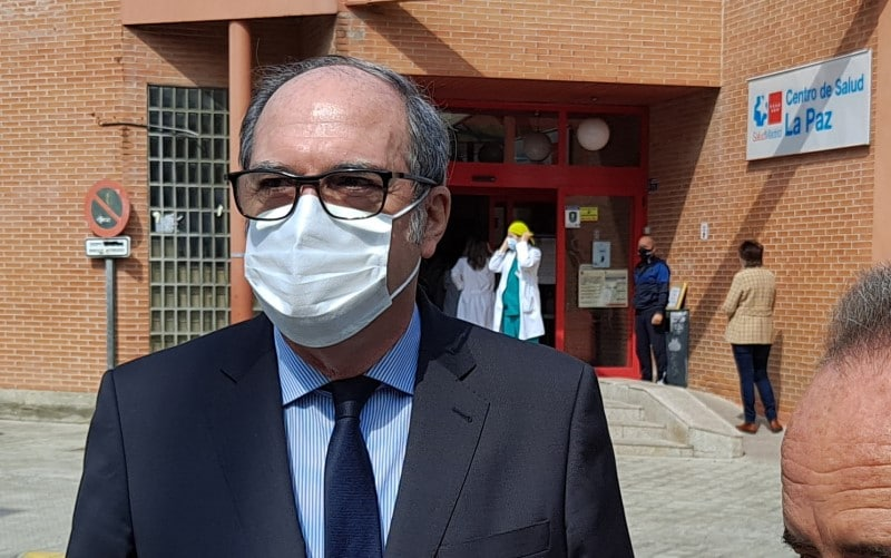 Ángel Gabilondo, frente al Centro de Salud La Paz, en Covibar, Rivas Vaciamadrid