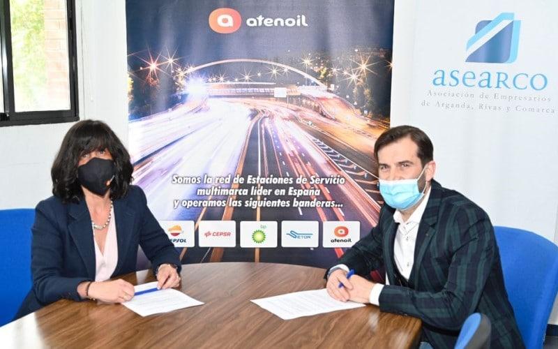 María del Mar Aznar, directora de Operaciones de Atenoil, y David París, presidente de ASEARCO, en la firma del convenio de colaboración