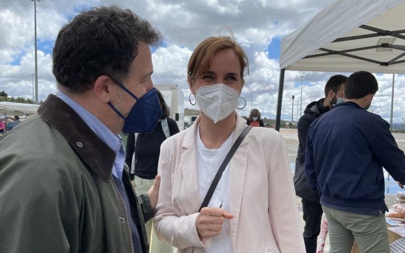 Mónica García, candidata de Más Madrid, con Pedro del Cura durante una visita a Rivas Vaciamadrid