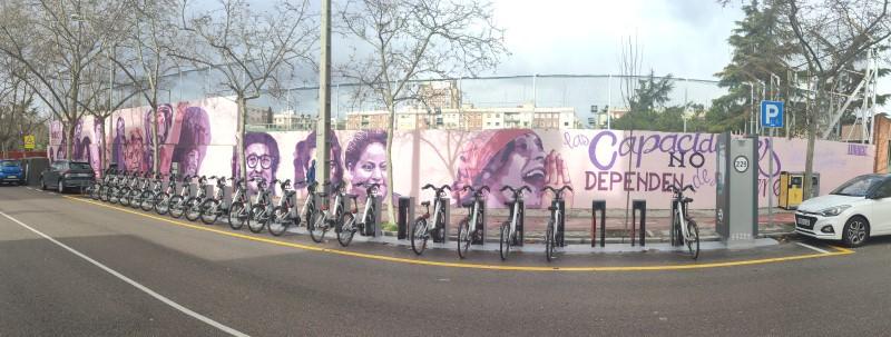 Mural feminista de Ciudad Lineal, en el polideportivo del barrio de la Concepción