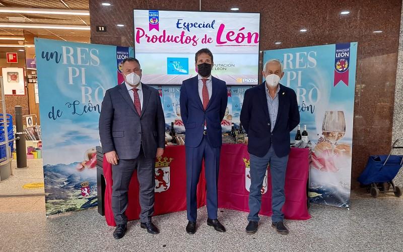 el presidente de la Diputación de León, Eduardo Morán; el vicepresidente de la institución, Matías Llorente; y el consejero delegado de Supermercados Plaza, Pedro Plaza