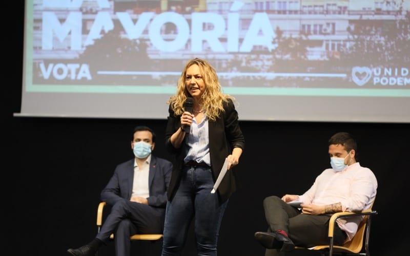 Vanessa Millán se dirige al público en el acto de campaña de Unidas Podemos en Rivas Vaciamadrid