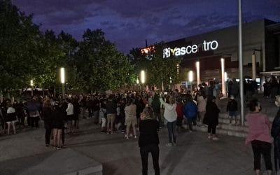 Indignación en Rivas por los asesinatos machistas: cientos de personas se concentran en la plaza de la Constitución