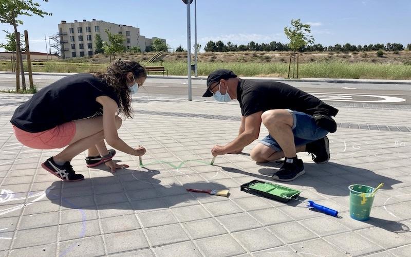 El concejal del barrio Oeste, José Alfaro, y una de las impulsoras del Proyecto Rayuela, Sonia Goméz, pintando el circuito de rayuelas en el barrio La Luna