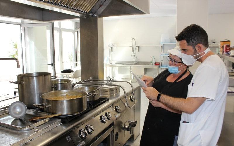 El dietista nutricionista de Geriasa repasa los menús junto a una cocinera del centro de Rivas