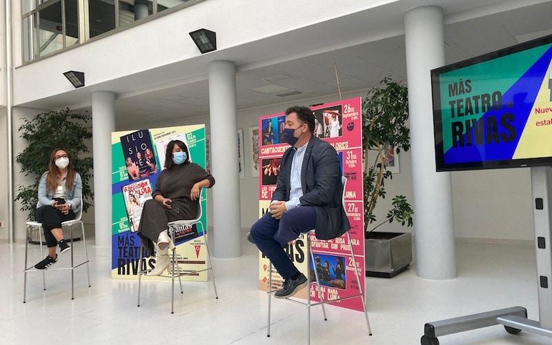 El alcalde de Rivas, Pedro del Cura; la concejala de Cultura, Aída Castillejo; y la actriz Pepa Rus, durante el acto de presentación de la nueva programación teatral en el García Lorca