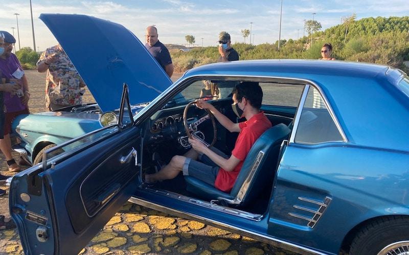 Javier, vecino ripense, disfrutando de los coches Ford Mustang en el auditorio Miguel Ríos durante la sorpresa de cumpleaños