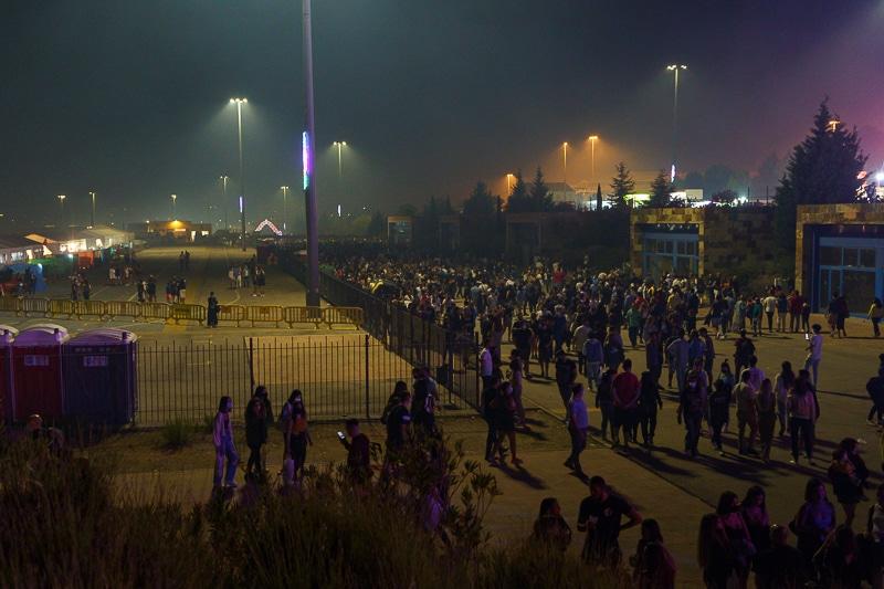Decenas de personas pasean por el recinto ferial, junto a la zona de las casetas