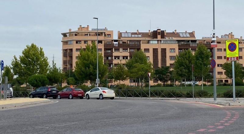 Coches aparcados en la rotonda junto a la ZBE del colegio Hipatia