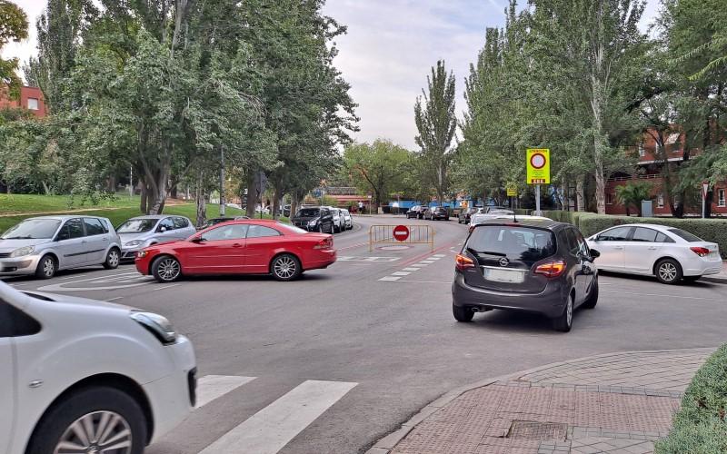 Varios vehículos dan la vuelta en la avenida de Miguel Hernández tras toparse con la Zona de Bajas Emisiones