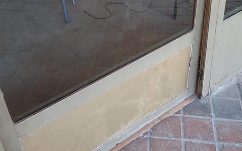 Detalle de la puerta rota por el intento de robo en La Bella Napoli